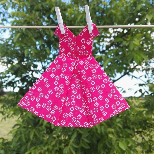 Pour lt voici une jolie robe en papier Si tuhellip